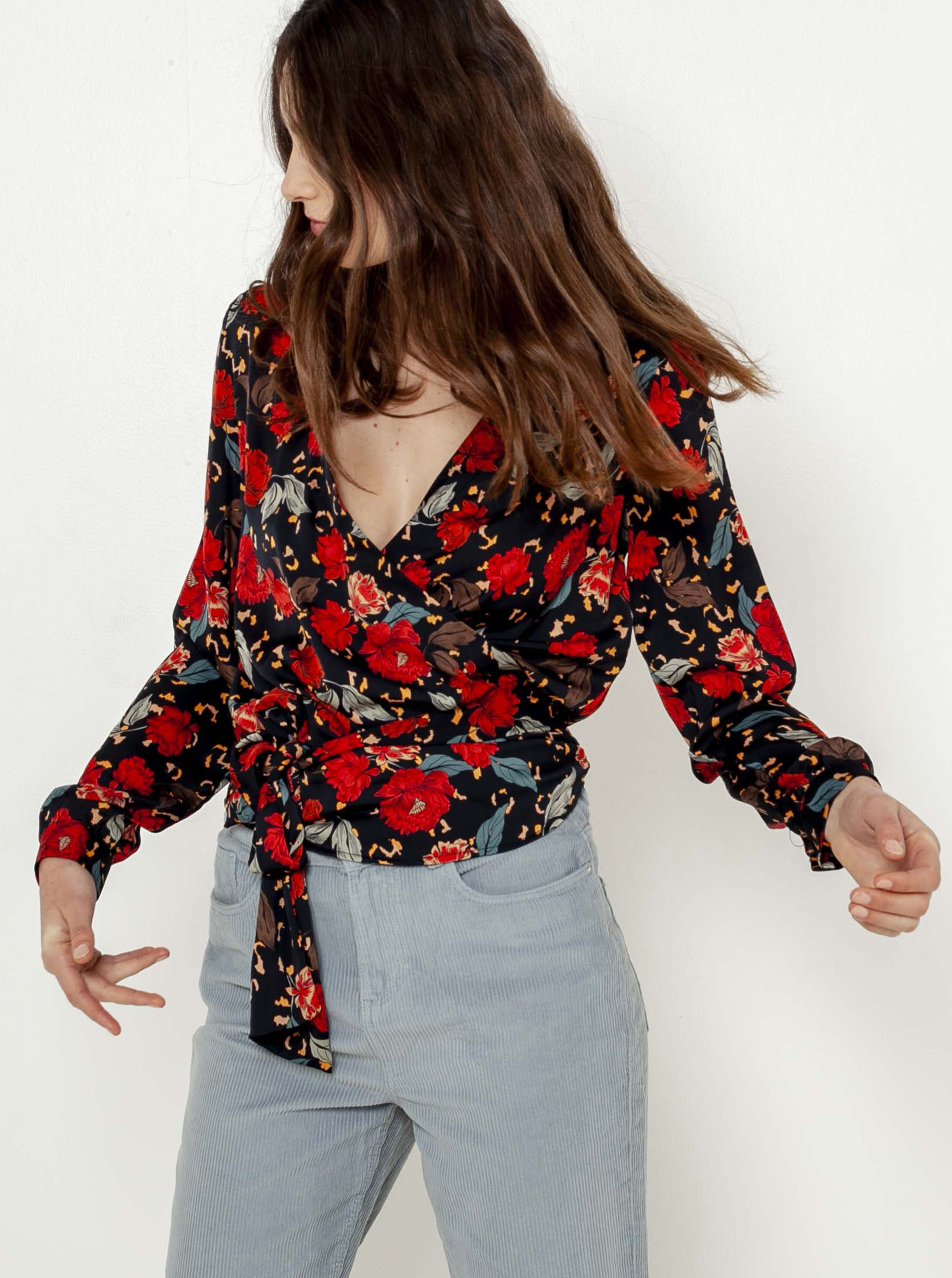 CAMAIEU crna bluza s cvjetnim motivom