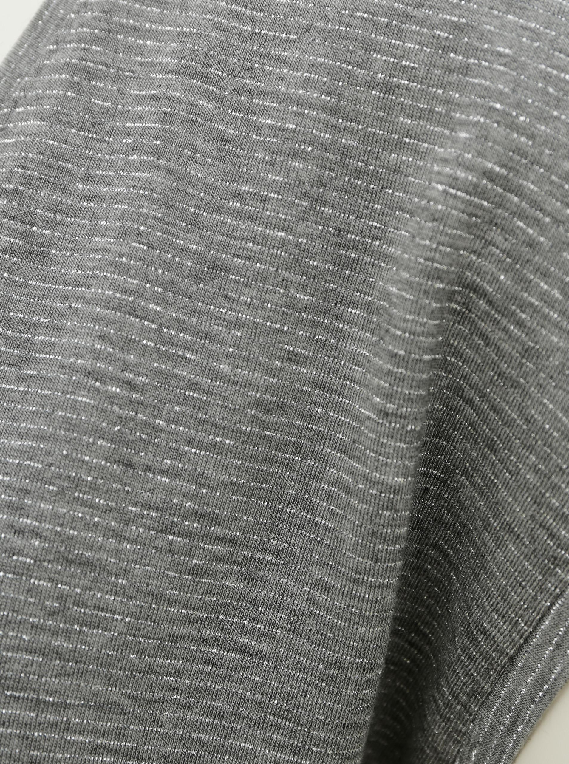 Siva majica s metalnim vlaknima komada
